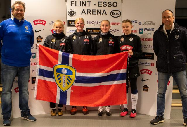Leeds-fansen i Tønsberg med pengegave til Flints J07  og 06