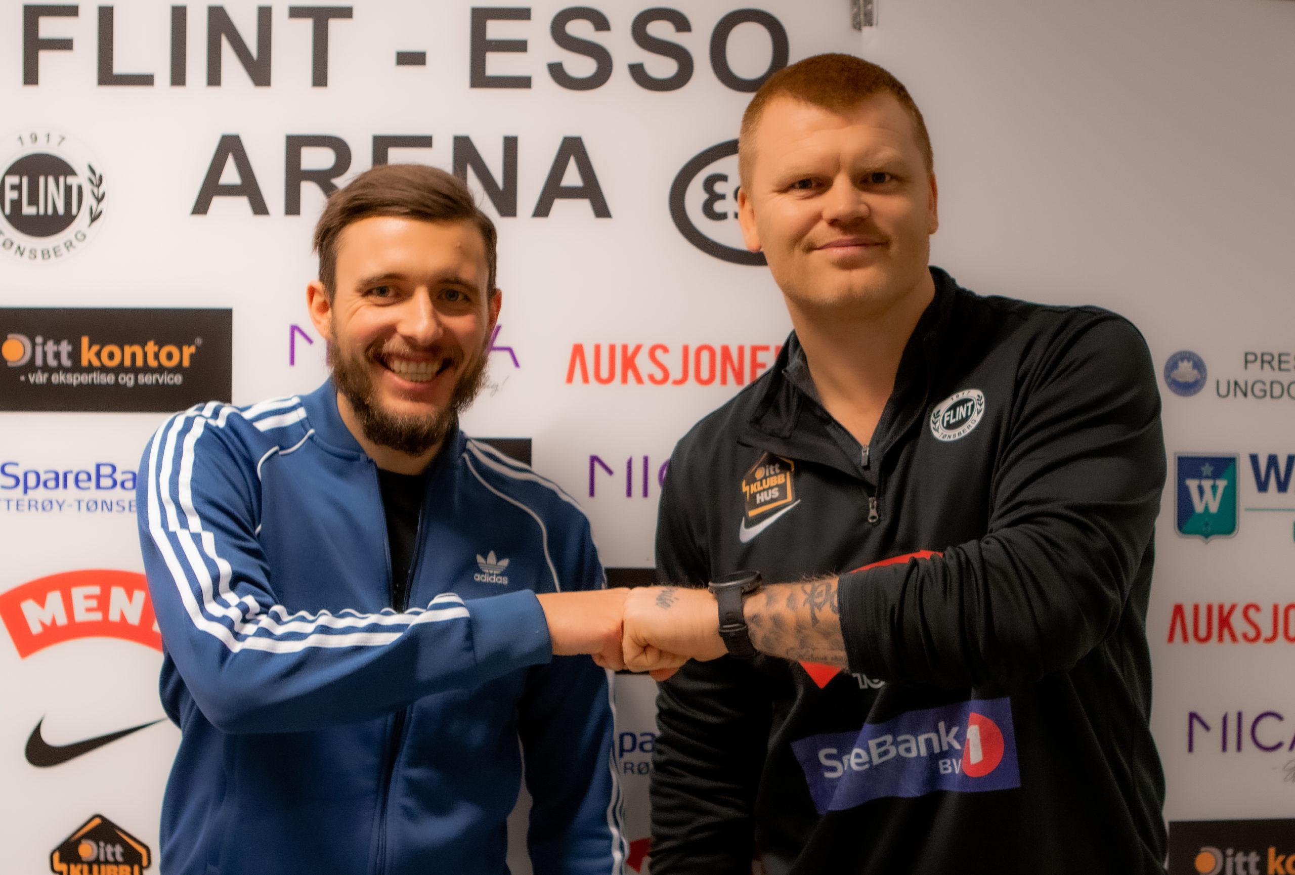 https://www.flintfotball.no/wp-content/uploads/2020/12/Adrian-Krysian-JAR-signering-2020-Flint-Fotball-1-scaled.jpg